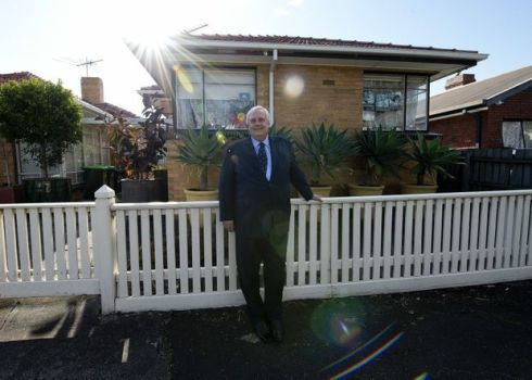 Clive Palmer stands outside the house he grew up in as a child in Williamstown, Melbourne. (AAP Image/Dave Hunt)